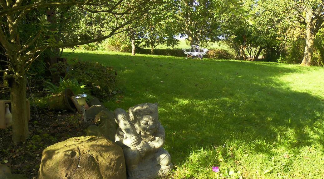 Ein Stein-Wächter im Garten