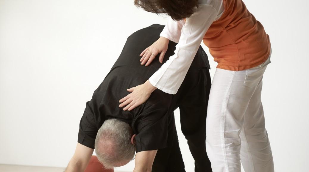 Korrektur einer Yogaübung im Einzelunterricht