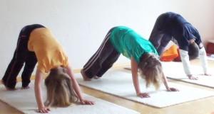 Kinder und Jugendliche üben Yoga